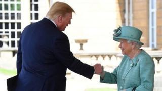 La Reina Isabel II saluda al presidente Trump en una ceremonia de bienvenida en el Palacio de Buckingham.
