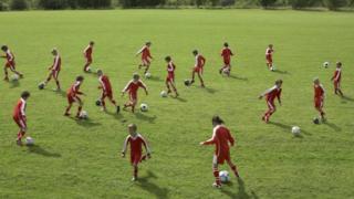 team-playing-football.