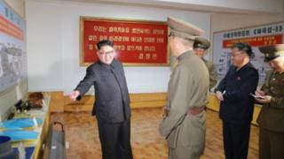 Kim Jong-un katika shule ya ulinzi na sayansi akikagua vifaa .Picha hiyo ilionyesha makombora ya Hwasong 13 na Pukguksong-3.