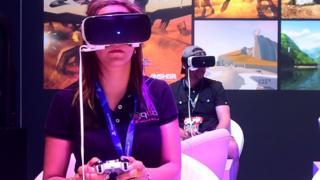 امرأة تستخدم سماعة الواقع الافتراضي