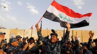 ตำรวจอิรักโบกธงเฉลิมฉลองชัยชนะเหนือกองกำลังไอเอสที่เมืองโมซุลเมื่อเดือน ก.ค.ที่ผ่านมา