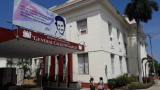 Fechada do Hospital Universitario General Calixto García, que tem placa de Che Guevara