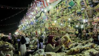 سوق الفوانيس في حي السيدة زينب في القاهرة بمصر