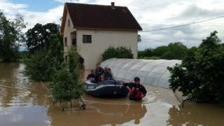 Evakuacija iz poplavljenog domaćinstva na gumenom čamcu