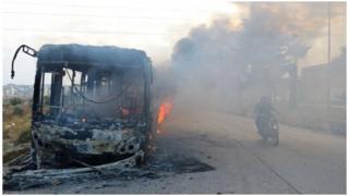 敘利亞平民撤離大巴被燒燬