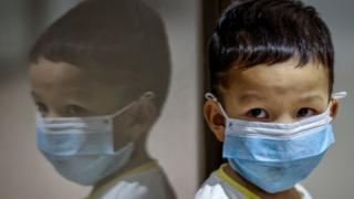 Criança usando uma máscara no Aeroporto Internacional Ninoy Aquino em Manila.