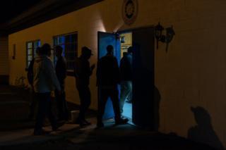 أعضاء الميليشيا الذين وصلوا إلى اجتماع في إحدى ضواحي فرجينيا ، قبل تجمع حاشد في اليوم التالي