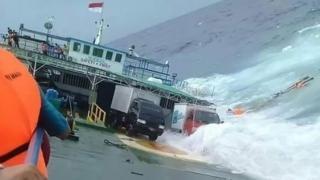 Kepolisian, BASARNAS, BPBD dan masyarakat setempat terus melakukan penyelamatan KM Lestari Maju.