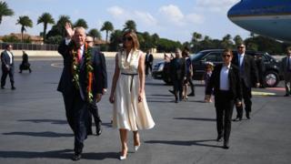 آقای ترامپ به همراه همسرش ملانیا عصر جمعه وارد هاوایی شد تا پس از توقف یک روزه در آنجا با پرواز بر اقیانوس آرام به سوی ژاپن برود