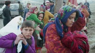 Таджикистан. Хатлонская область. 26 декабря 1992 г. Жители окрестных кишлаков города Кумсангира покидают зону боевых действий