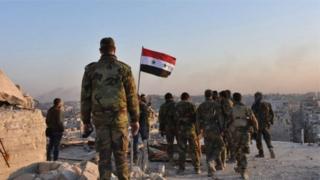 Dakarun Syria na kafa tutar kasar, a yankin da suka kwato daga hannun 'yan tawaye