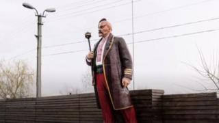 Una estatua de Lenin pintada