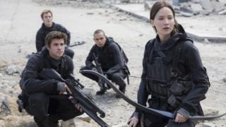 Liam Hemsworth como Gale Hawthorne, Sam Claflin como Finnick Odair, Evan Ross como Messalla y Jennifer Lawrence como Katniss Everdeen