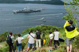 攝影愛好者與軍事迷在香港島摩星嶺一帶山頭拍攝遼寧號進港(7/7/2017)