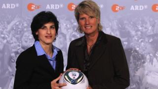 Claudia Neumann (D), la commentatrice de la chaine allemande ZDF en Russie, ici avec Riem Hussein (G) en 2011.