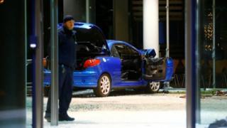 Машина врезалась во вход офиса партии