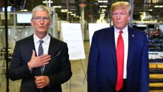 ترامب والرئيس التنفيذي لشركة أبل، تيم كوك