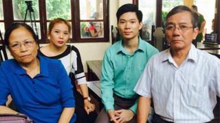 Gia đình nạn nhân đến động viên bác sĩ Hoàng Công Lươnng hôm 28/5