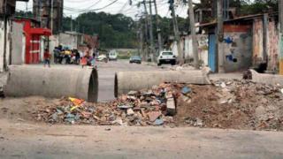 Rua fechada por barricada em bairro pobre do Rio de Janeiro