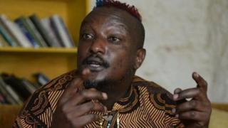 Binyavanga Wainaina, alikuwa miongoni mwa Wakenya wa kwanza kujitokeza hadharani na kusema kuwa yeye hushiriki mapenzi ya jinsia moja