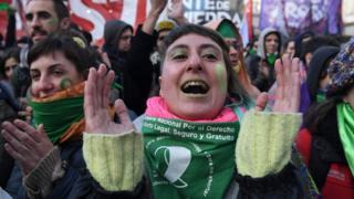 Manifestantes comemoram aprovação de lei do aborto em Buenos Aires