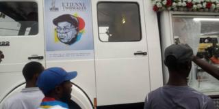 Gari lililobeba jeneza mwili wa marehemu Tchesekedi likiwa tayari katika uwanja wa Kinshasa kuusubiri mwili wake