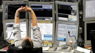 Banquero delante de las pantallas de trading