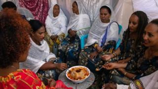 Des femmes à table lors d'un mariage à Asmara, la capitale érythréenne, le 22 août 2019