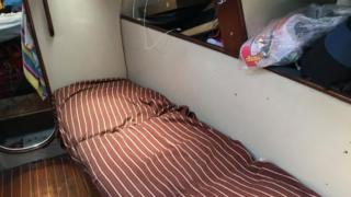 Marcelo Escalante y su familia llevan 50 días atrapados en su velero de 48 metros cuadrados, frente a la isla de Roatán.