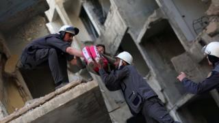 کلاهسفیدها در حال یک عملیات تمرینی. این گروه به خاطر داشتن کلاههای سفید ایمنی هنگام امداد به این نام معروف شد