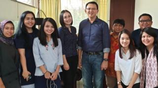 Mantan Gubernur DKI Jakarta Basuki Tjahaja Purnama alias Ahok (tengah) berfoto dengan kerabatnya di Jakarta, Kamis (24/1/2019).