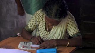 لاكشميكوتي تعالج حالات التسمم منذ 45 عاما في ولاية كيرالا الهندية، وتعيش في أعماق الأدغال مع نباتاتها العلاجية. ويقصدها الناس بحثا عن علاج لقرصات النمل ولدغات أفعى الكوبرا السامة.