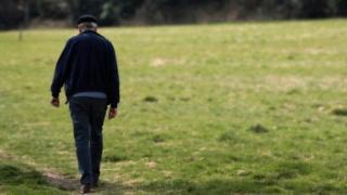 رجل يسير في حديقة