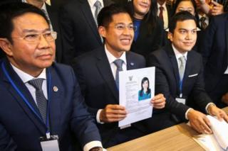 ร.ท. ปรีชาพล พงษ์พานิช หัวหน้าพรรคไทยรักษาชาติ (ทษช.) แสดงเอกสารของทูลกระหม่อมหญิงอุบลรัตนฯ มหิดล ในฐานะบัญชีรายชื่อนายกรัฐมนตรีของพรรค ทษช. เมื่อวันที่ 8 ก.พ.