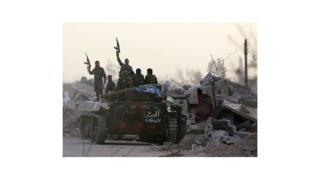 Des soldats syriens faisant le signe de la victoire dans la Ghouta