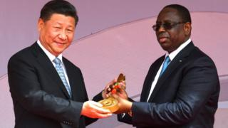 Xi Jinping a symboliquement remis à Macky Sall les clefs de l'arène nationale de lutte de Pikine, lors d'une cérémonie.