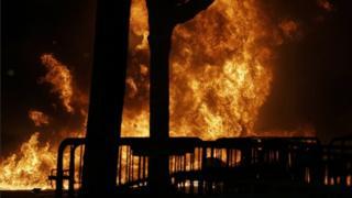 大学キャンパス内で抗議デモによって炎が上がり、講演は中止された(1日、カリフォルニア州)