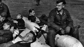 Німецькі авіамеханіки та пілоти відпочивають на авіабомбах, 1942 рік