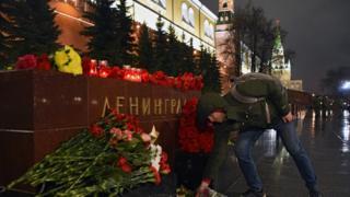 Десятки людей пришли в Александровский сад, чтобы возложить цветы в память о погибших