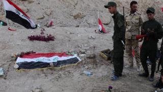 عناصر من القوات العراقية يعاينون ما خلفته المجزرة