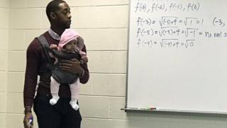 (캡션) 학생이 데려온 아기를 돌봐주며 수업을 진행하고 있는 알렉산더 교수