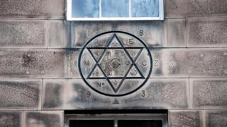 На доме 19 по Хилл-стрит начертана шестиконечная звезда - символ масонов