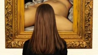 """Картина """"Походження світу"""", яку частково закриває голова жінки, яка дивиться на картину"""