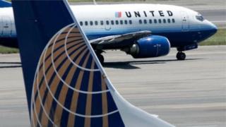 Indege yaUnited Airlines vyabaye ngombwa ko yururukira i Denver, Colorado, inyuma y'aho umugore aheze mu kazu ka surwumwe