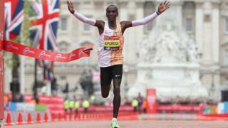Eliud Kipchoge remporte e marathon de Londres pour la quatrième fois - et la deuxième fois de suite.