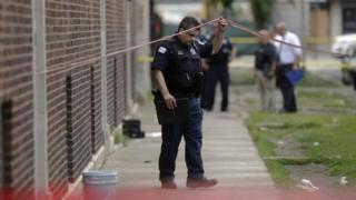 Hơn 30 người bị bắn trong vụ nổ súng diễn ra ba tiếng hôm Chủ Nhật