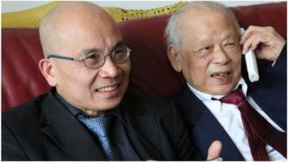 Tác giả Phạm Cao Phong và nhà báo Bùi Tín tại Paris