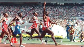 Dans la vidéo de 90 secondes, l'athlète canadien apparaît à son bureau entouré de trophées.