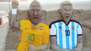 دو ماکت منقش به پیراهن آرژانتین و برزیل
