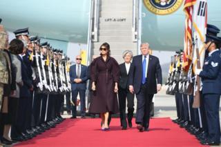 Bwana Trump n'umutambukanyi wiwe bakigwa n'umushikiranganji w'imigenderanire Kang Kyung-wha (hagati)